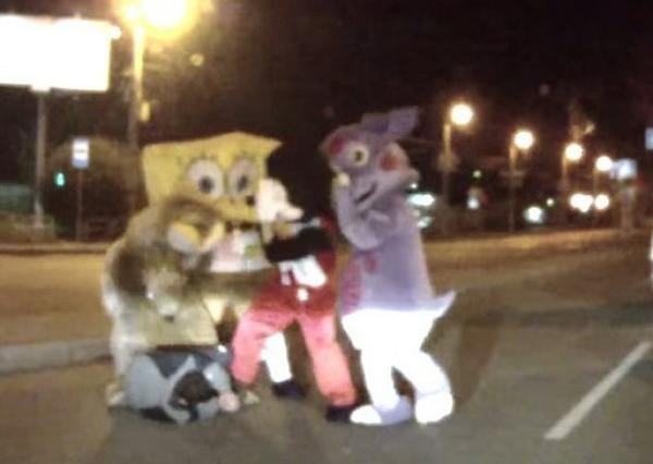 image79 Mickey Mouse and Spongebob Caught on Video in a Bizarre Road Rage